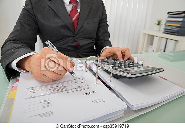 primer plano, calculador, calculadora, factura, utilizar, hombre de negocios - csp35919719