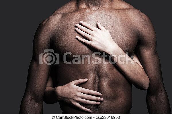 primer plano, el suyo, hembra, body., esto, shirtless, manos, gris, contra, plano de fondo, se abrazar, amoroso, torso, hombre africano - csp23016953