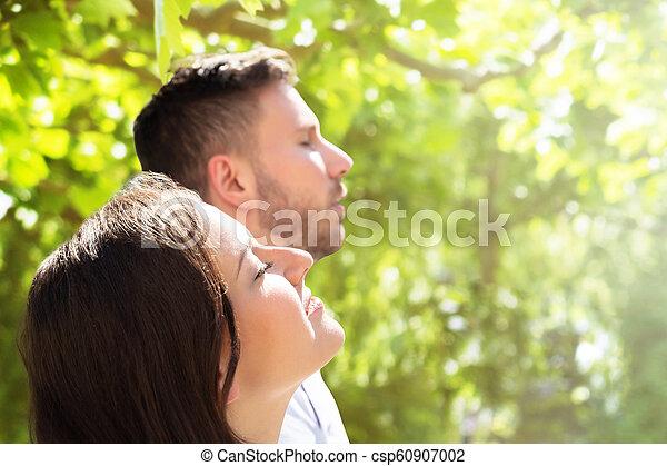 Un primer plano de una pareja feliz - csp60907002