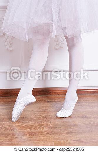 Piernas de bailarina de primer plano - csp25524505