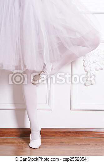 Piernas de bailarina de primer plano - csp25523541
