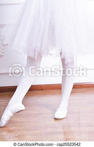 Piernas de bailarina de primer plano - csp25523542
