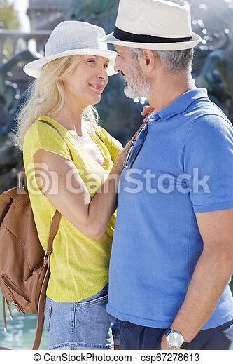 Un primer plano de pareja abrazándose al aire libre - csp67278613