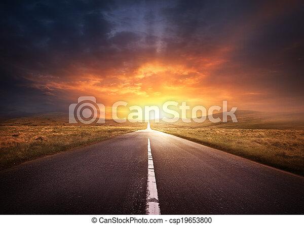 Camino que conduce a un atardecer - csp19653800