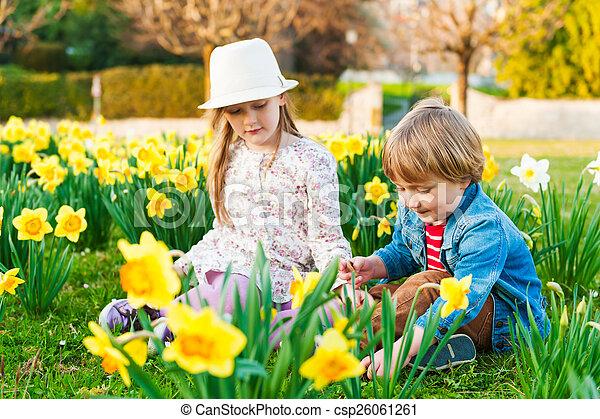printemps, ensoleillé, jouer, fleurs, adorable, enfants, jour, gentil - csp26061261