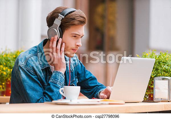 productivity., trabalhando, sentando, laptop, fones, favorito, jovem, enquanto, aumentos, sério, música, bar calçada, meu, homem - csp27798096