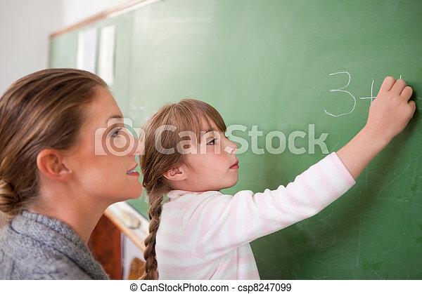 Profesor y alumno haciendo una adición - csp8247099