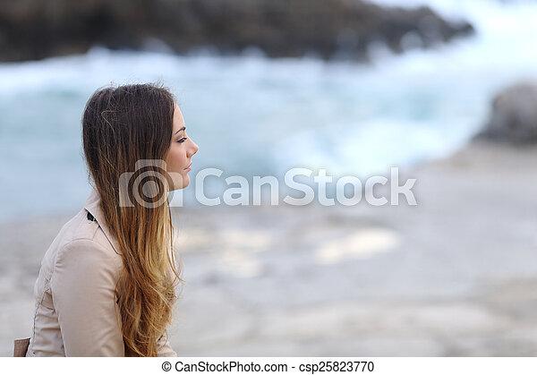profilo, donna, spiaggia, malinconico, inverno - csp25823770