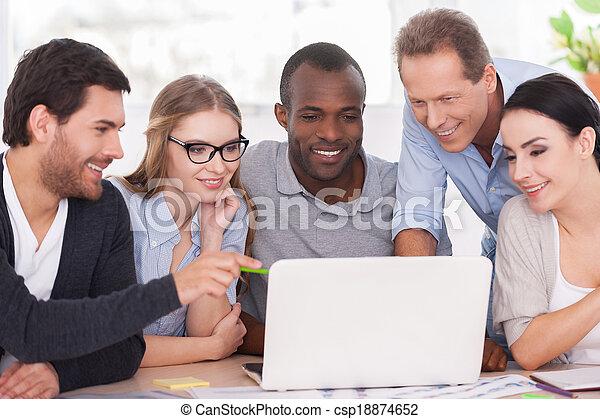 project., 그룹, 사업, 노동자, 휴대용 퍼스널 컴퓨터, 함께 앉아 있는 것, 창조, 복합어를 이루어 ...으로 보이는 사람, 착용, 팀, 테이블, 무심결의 - csp18874652