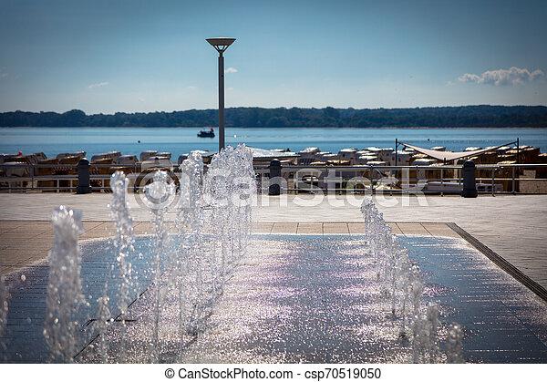 Ein Brunnen an einer Strandpromenade - csp70519050