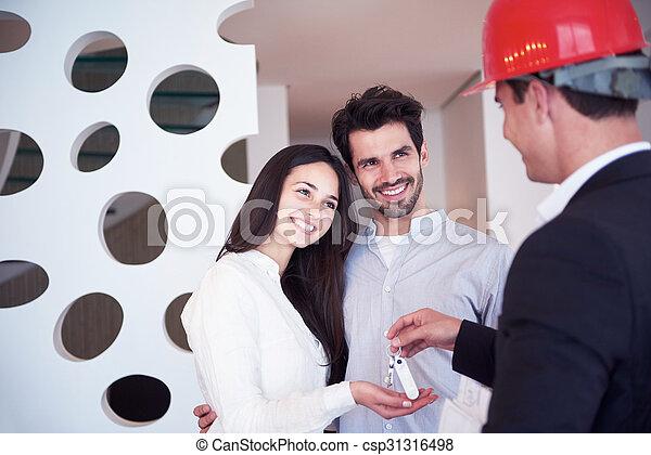 Una pareja comprando una nueva casa con un agente inmobiliario - csp31316498