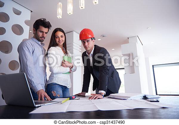 Una pareja comprando una nueva casa con un agente inmobiliario - csp31437490