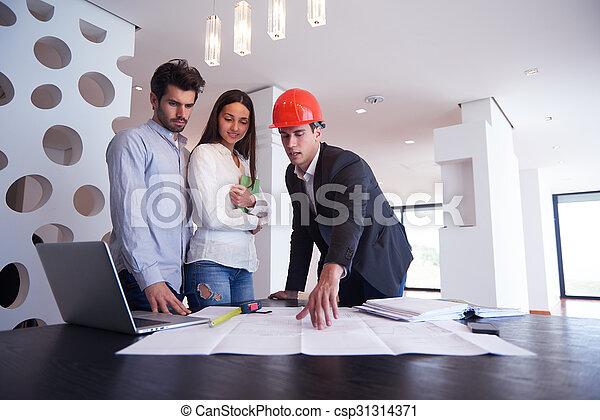 Una pareja comprando una nueva casa con un agente inmobiliario - csp31314371