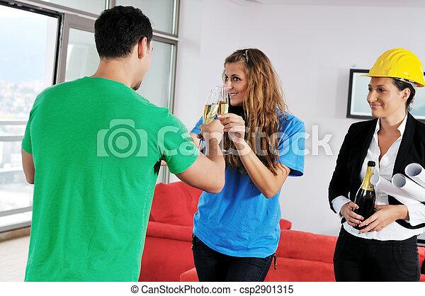 Una pareja feliz que compra casa nueva con agente inmobiliario - csp2901315