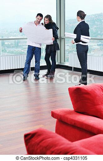 Una pareja feliz que compra casa nueva con agente inmobiliario - csp4331105