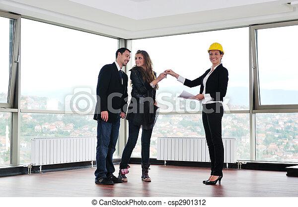 Una pareja feliz que compra casa nueva con agente inmobiliario - csp2901312