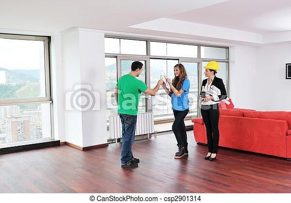 Una pareja feliz que compra casa nueva con agente inmobiliario - csp2901314