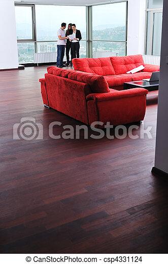 Una pareja feliz que compra casa nueva con agente inmobiliario - csp4331124