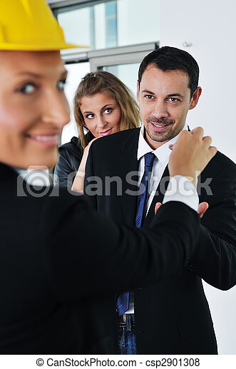 Una pareja feliz que compra casa nueva con agente inmobiliario - csp2901308