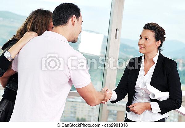 Una pareja feliz que compra casa nueva con agente inmobiliario - csp2901318