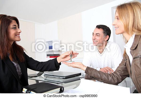 propriétaires, obtenir, clés, leur, maison, propriété - csp9983990