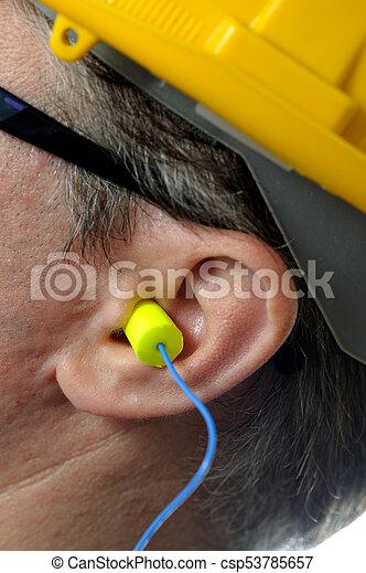 Hombre con tapones protectores de oídos - csp53785657