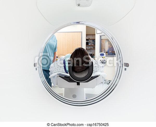 Paciente sometido a TAC - csp16750425