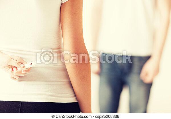 Mujer que oculta la prueba de embarazo - csp25208386