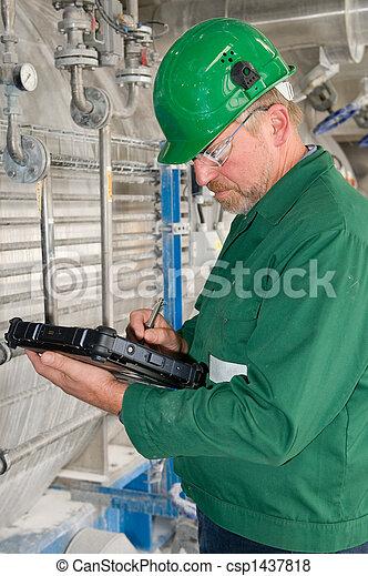 przemysłowy pracownik - csp1437818