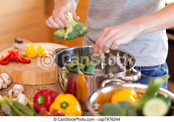 przygotowując, kobieta, zupa, roślina - csp7976244