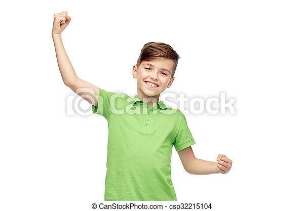 Chico feliz con camiseta de polo mostrando puños fuertes - csp32215104