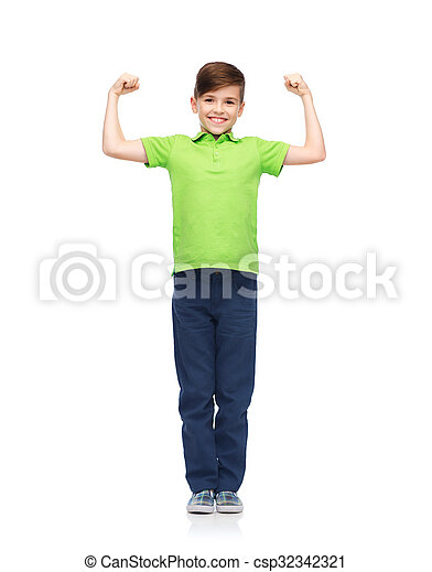 Chico feliz con camiseta de polo mostrando puños fuertes - csp32342321