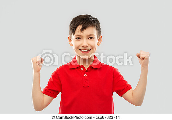 Chico en camiseta mostrando puños o gesto ganador - csp67823714