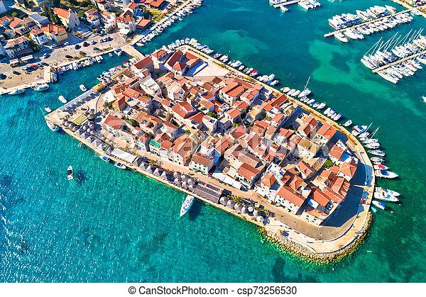 Ciudad de Tribunj en vista aérea de las islas pequeñas - csp73256530