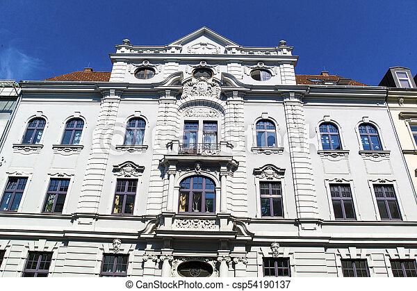 Vieja casa, fachada renovada - csp54190137