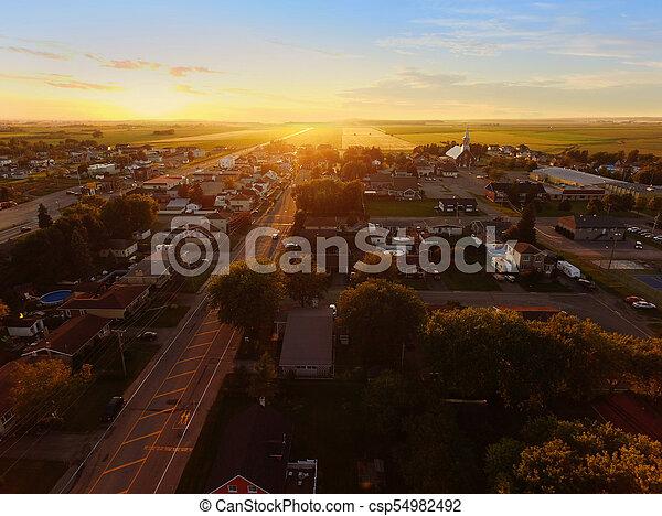 Vista aérea del atardecer en un pueblo pequeño - csp54982492