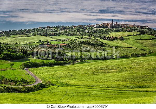Vista del pueblo de Pienza al atardecer - csp39006791