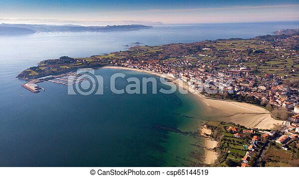 Vista aérea de un pueblo al atardecer - csp65144519