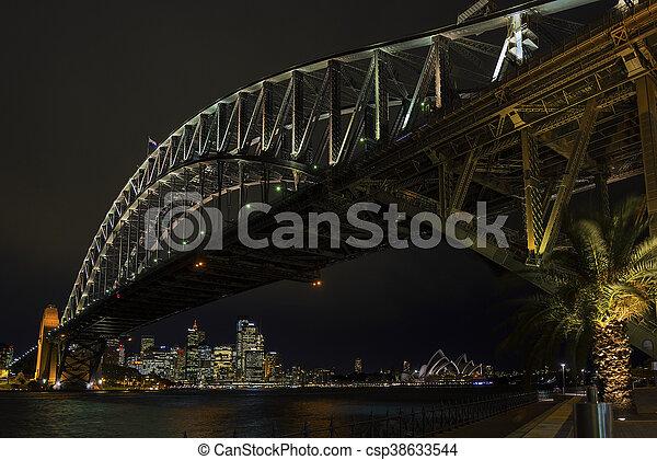 El puente del puerto de Sydney y los puntos de referencia en Australia por la noche - csp38633544