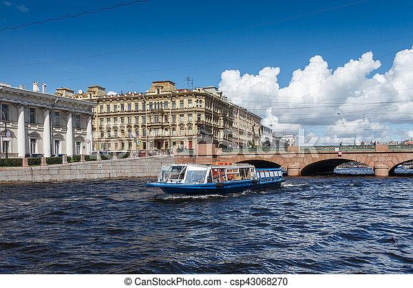 Un barco de placer en el fondo del puente Anichkov - csp43068270