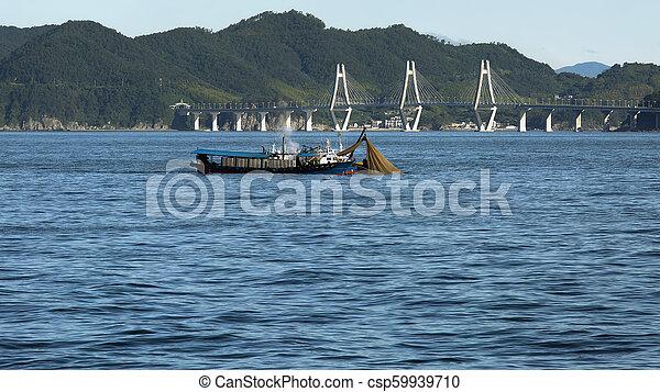 Barco de pesca en el fondo del puente - csp59939710
