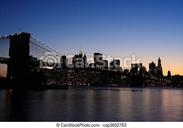 El puente de Brooklyn al atardecer - csp3652763