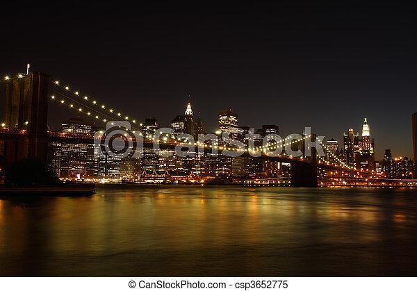 El puente de Brooklyn por la noche - csp3652775