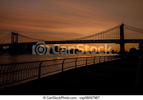 Silueta de puente de Brooklyn y paseo marítimo - csp38097987