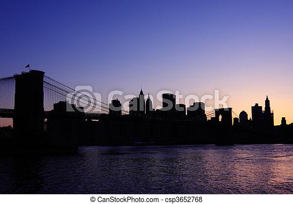 Silueta del puente de Brooklyn - csp3652768