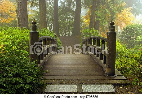 El puente de madera en el jardín japonés en otoño - csp4798656