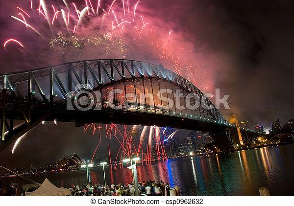 Los fuegos artificiales del puente de Sydney Harbor - csp0962632
