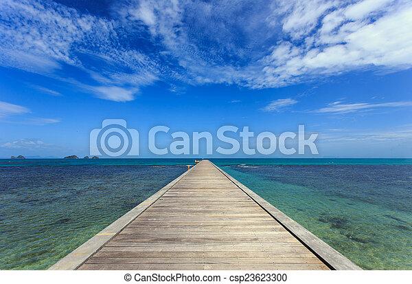 Puente de madera al mar en Koh Samui, Tailandia - csp23623300