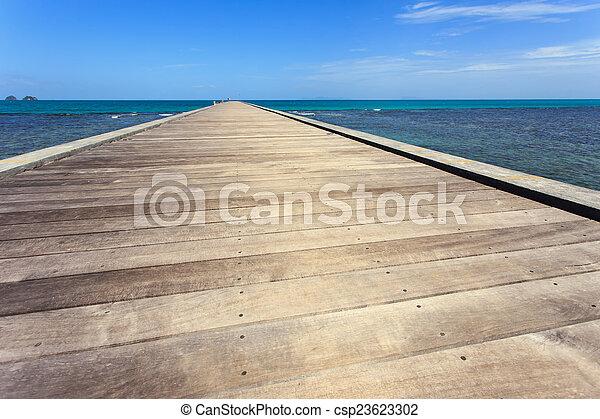 Puente de madera al mar en Koh Samui, Tailandia - csp23623302