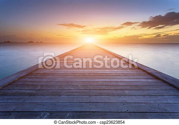 Un puente de madera hacia el mar en Sunset Beach en Koh Samui, Tailandia - csp23623854